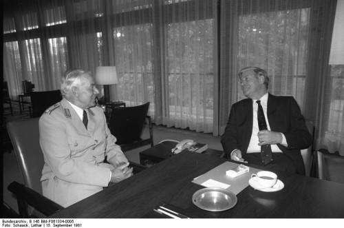 Bundeskanzler Helmut Schmidt empfängt den Inspekteur des Heeres, Generalleutnant Hans Pöppel im Bundeskanzleramt (Von Bundesarchiv, B 145 Bild-F061334-0005 / Schaack, Lothar / CC-BY-SA 3.0, CC BY-SA 3.0 de, https://commons.wikimedia.org/w/index.php?curid=5458585).