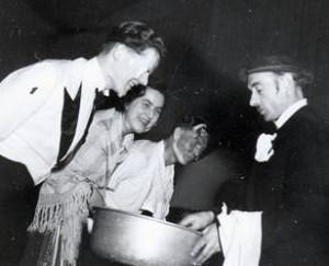 """Etliche der Feiernden wurden von Dr. Gostischa bei der """"Äquatortaufe"""" eingeseift und """"rasiert"""". Von links: Hans v. d. Kammer, N.N., Horst Verch (links)"""